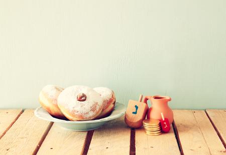 hanoukia: image de f�te juive de Hanoukka avec des beignets et des toupies en bois toupie. r�tro filtr�e