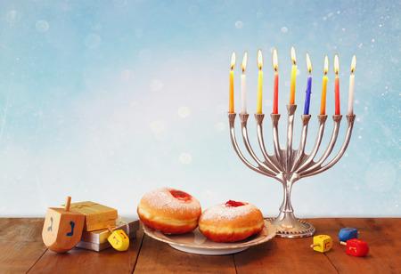 simbolos religiosos: imagen del d�a de fiesta jud�o Hanukkah con candelabros menorah tradicional, donas y dreidels de madera peonza Foto de archivo