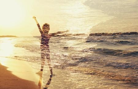exposicion: imagen abstracta de la exposición doble de la puesta del sol y el mar niño feliz linda. concepto de la libertad