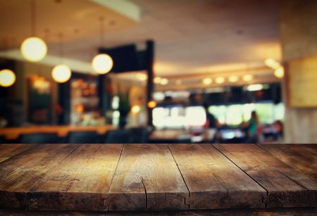 contadores: Imagen de la mesa de madera delante de fondo abstracto borroso de las luces del restaurante