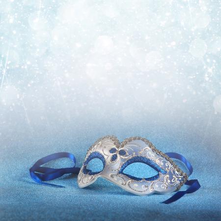 antifaz de carnaval: azul hembra máscara de Carnaval y fondo del brillo. con superposición de brillo Foto de archivo