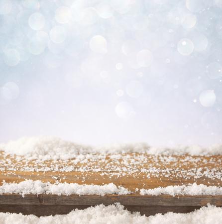 diciembre: imagen de la mesa de madera vieja y diciembre nieve fresca en la parte superior. delante de fondo brillo Foto de archivo