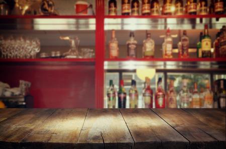 barra de bar: Imagen de la mesa de madera delante de fondo borroso resumen de luces resturant