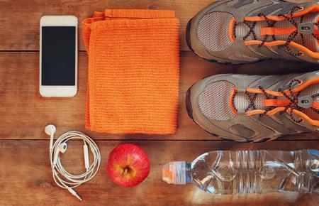 toalla: concepto de fitness sobre fondo de madera. retro filtrada Foto de archivo