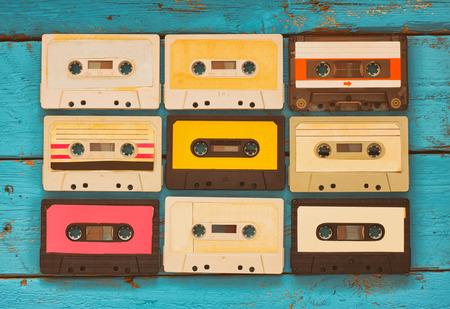 アクアの木製テーブルの上をビンテージ カセット テープの写真を閉じます。平面図です。レトロ フィルタ リング 写真素材