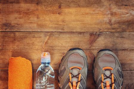 fitness hombres: el concepto de fitness con una toalla y calzado deportivo sobre fondo de madera. imagen vista desde arriba Foto de archivo