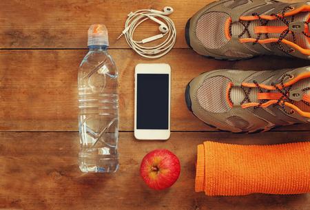 Fitness-Konzept und Sportschuhe über hölzerne Hintergrund .. Bild Draufsicht Standard-Bild