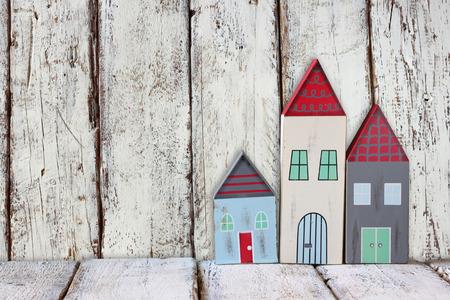 juguetes antiguos: imagen de coloridas casas de madera de época decoración en la mesa de madera. Foto de archivo