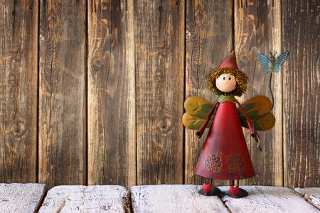juguetes de madera: hada linda en la mesa de madera y fondo Foto de archivo