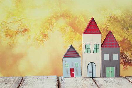 case colorate: immagine di case colorate di legno d'epoca decorazione su tavola di legno di fronte a sfondo sfocato