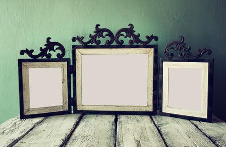 low key afbeelding van oude Victoriaanse stalen blauwe blanco frame. retro gefilterd beeld Stockfoto