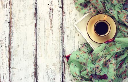 Bild Draufsicht von Chiffon Mode Schal mit auf eine Tasse Kaffee auf einem Holztisch
