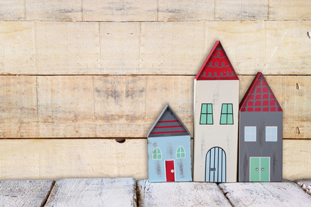 case colorate: immagine di case colorate di legno d'epoca decorazione su tavola di legno.