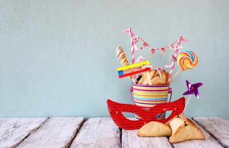 antifaz: Galletas hamantaschen o Hamans orejas y la m�scara roja Purim celebraci�n de las fiestas de carnaval jud�o. enfoque selectivo