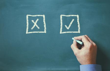 Ja oder Nein, zwei Möglichkeiten an die Tafel geschrieben und männliche Handzeichnung
