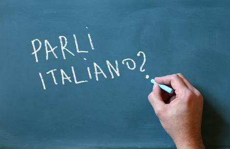 scrittura maschile mano sulla lavagna parli italiano