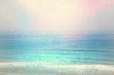 ボケ ライト、ヴィンテージのフィルターとぼやけビーチと海の波の背景。