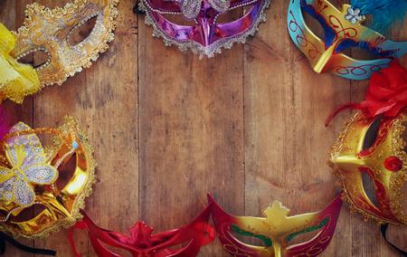 mascara de teatro: vista desde arriba de coloridas máscaras de disfraces venecianos. imagen filtrada retro