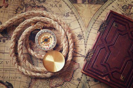 brujula: imagen del viejo compás y cuerda junto al antiguo libro sobre la correspondencia de la vendimia