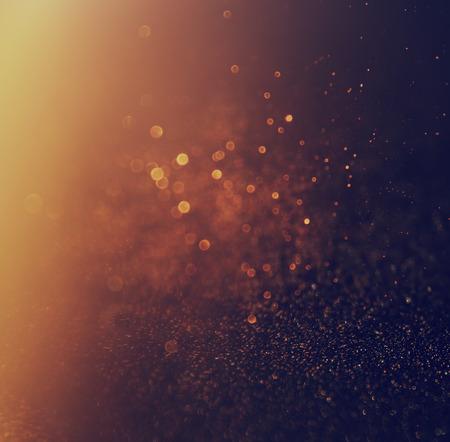 キラキラ ビンテージ ライト背景。金と黒。デフォーカス。