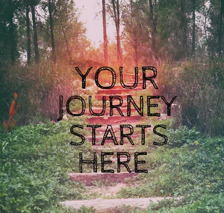 """imagen inspirada con la cita """"su viaje comienza aquí"""" en el fondo del bokeh. la vendimia se filtró y tonificado Foto de archivo"""