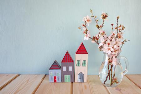 arbol de cerezo: decorativa de la casa al lado de las flores blancas de primavera. enfoque selectivo