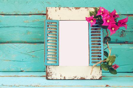 cadre blanc cru à côté de belles fleurs d'été méditerranéen violet. modèle, prêt à mettre la photographie