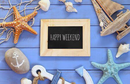 fin de semana: vista desde arriba del concepto náutico con pizarra y el texto: Feliz fin de semana junto a objetos de estilo de vida náuticas Foto de archivo