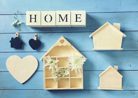 стиль жизни: Набор различных деревянных домов на синем фоне деревянных, вид сверху изображения. марочные фильтруется