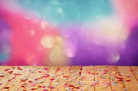 rosa Parteipfeife auf Holztisch mit bunten Konfetti. Jahrgang gefilterte Bild Standard-Bild