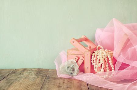 perlas: joyero antiguo con perlas blancas naturales de mesa de madera. Vintage imagen filtrada. enfoque selectivo Foto de archivo
