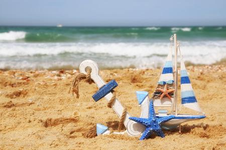 vacaciones en la playa: estrellas de mar, velero en arena de mar y horizonte del océano Foto de archivo