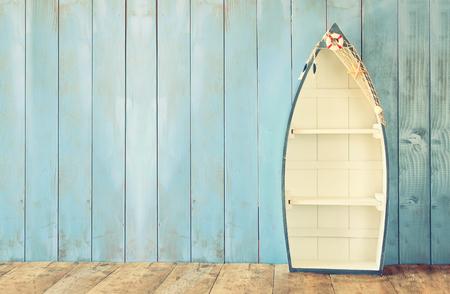 náuticas estantes barco forma de mesa de madera. exhibición del producto de fondo, la vendimia se filtró