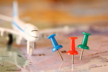 pernos fijados al mapa, que muestra la ubicación o destino de viaje. imagen de estilo retro. atención selectiva.