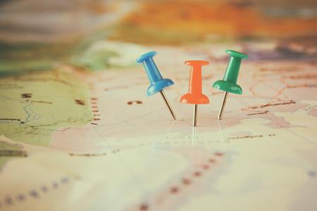 핀 위치 또는 여행 목적지를 보여주는지도에 연결합니다. 레트로 스타일의 이미지입니다. 선택적 포커스. 스톡 콘텐츠