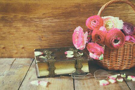 campo de flores: Libro viejo y vidrios lado de las flores de campo hermosas de mesa de madera. vendimia filtrada Foto de archivo
