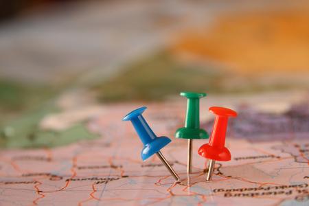 pinnen die bevestigd zijn in kaart brengen, met de locatie of reisbestemming. retro-stijl foto. selectieve aandacht.