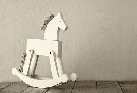 juguetes de madera: caballo de oscilación de la vendimia en suelo de madera. imagen filtrada retro Foto de archivo