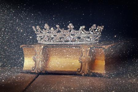 decorativo de la corona en el libro viejo. la vendimia se filtró. atención selectiva.