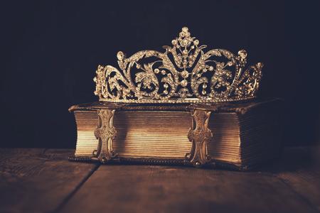 古い本の低キー画像王冠。セピア色のヴィンテージ フィルターします。選択と集中