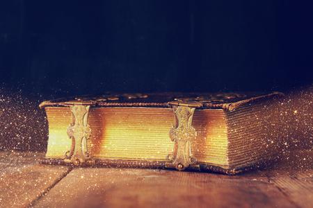 Imagen oscura del antiguo libro de la historia. vendimia filtra con una capa de brillo. enfoque selectivo