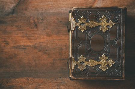 Vista desde arriba de la cubierta de libro antiguo, con broches de bronce. vendimia filtrada Foto de archivo - 56074971