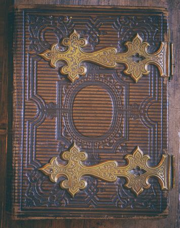 libros antiguos: vista desde arriba de la cubierta de libro antiguo, con broches de bronce. la vendimia se filtró y tonificado