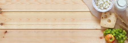queso fresco blanco: bandera del Web site de los productos lácteos y de frutas en el fondo de madera. Foto de archivo