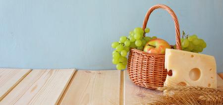Breedbeeld beeld van zuivelproducten en fruit op houten achtergrond.
