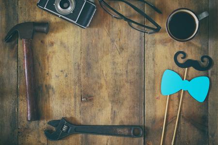 Imagen de la vista superior de la composición del día de padres con los accesorios del padre de la vendimia en la tabla de madera. Vintage filtrada y tonificada Foto de archivo