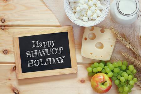 낙농 제품 및 과일 나무 배경에 칠판 옆의 이미지. 유태인 휴일의 상징 - Shavuot 스톡 콘텐츠