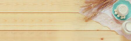 casa de campo: bandera del Web site de los productos lácteos y de frutas en el fondo de madera. Foto de archivo