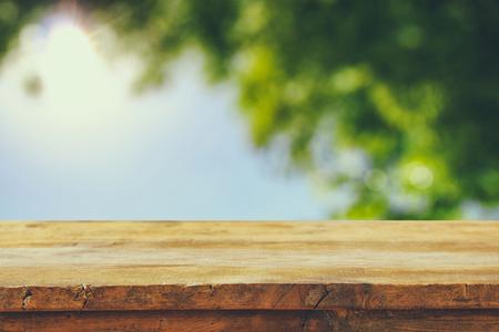 стиль жизни: передние деревенские деревянные доски и абстрактные деревья фона. марочные фильтруется