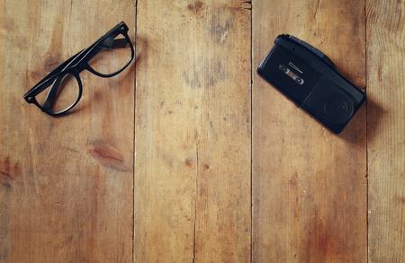 immagine di vista superiore del concetto di indagine. registratore e occhiali. vintage filtrata e tonica Archivio Fotografico